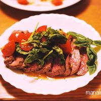 [レシピ]トマトとバジルのマリネソースでさっぱり♪牛もも肉のレアステーキ
