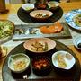 ニラもやし炒めとトマトのファルシーとサーモンとシメ鯖に小鉢が4品で晩酌。