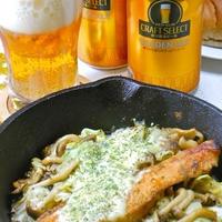 プチ贅沢なクラフトビールにサーモンムニエル春キャベツとしめじとチーズのっけ。