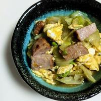 シャウエッセンのお肉で作ったあらびきミートローフで炒め物作ったよ