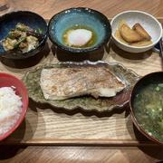 【献立】真鯛の塩焼き、茄子とカリフラワーとにんにくの芽炒め、温玉、安納芋のバターソテー、あおさのお味噌汁