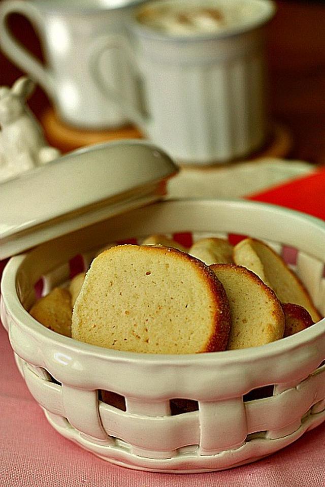 カゴのような陶器に入ったサワークリームクッキー