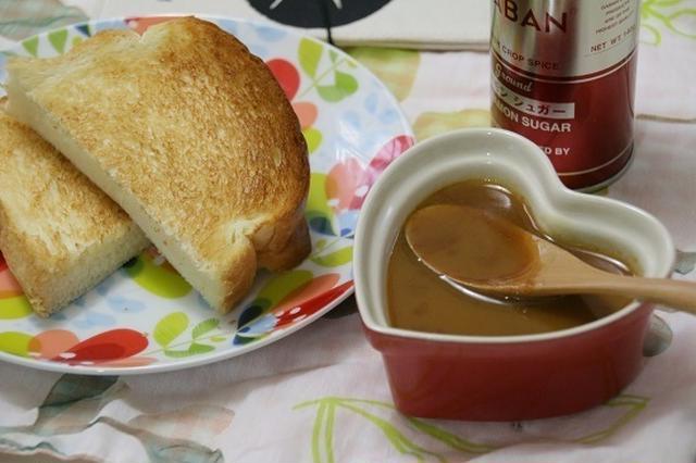 トーストに添えたバタースコッチソースとスプーン