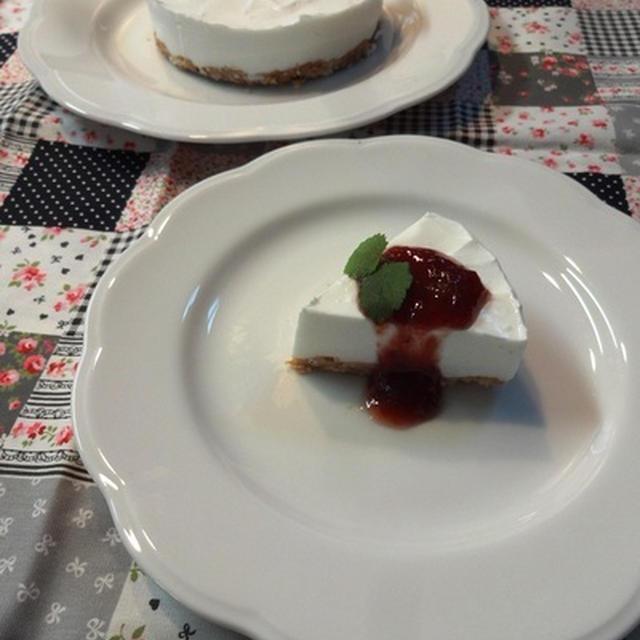 レアチーズ風ヨーグルトケーキいちごソース