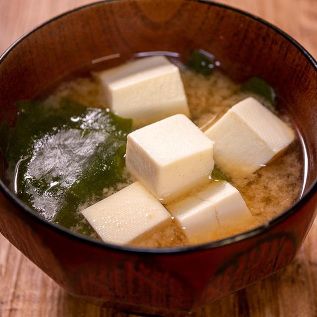 自家製の美味しい出汁で「豆腐とワカメのお味噌汁」&「とろろ庵 伊賀路」