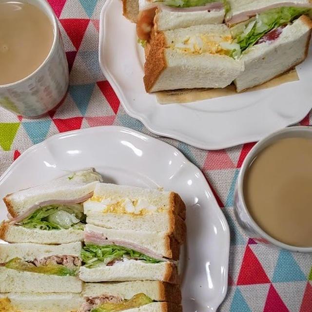 ミックスサンドのお昼ごはん。