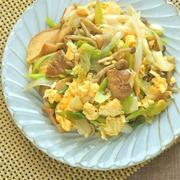 鍋で余った食材でパパッとおかず!シャキッふわっが美味しいネギときのこの卵炒め。