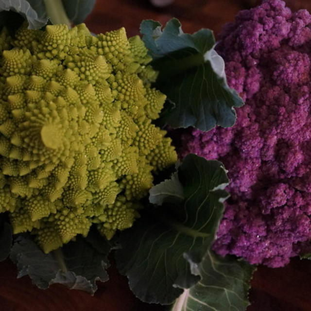 紫カリフラワーのパンケーキ & ロマネスコとファッロのサラダ 塩レモンアイオリ添え