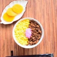 あらびきチリぺパー入り!ピリ辛、三色丼のレシピ