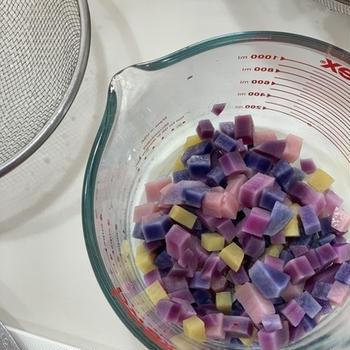 紫のさつまいもと紫のじゃがいもで作るカラフルポテトサラダ
