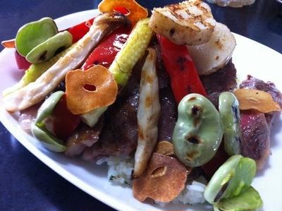 家庭でも美味しい!牛ステーキ丼・彩り野菜と美味しいソース