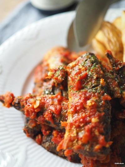 秋刀魚にトマトソース。