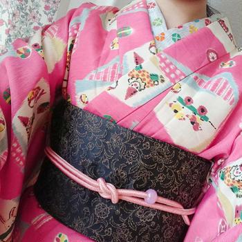 ピンクおもちゃ柄ポリ着物×黒唐草模様柄半幅帯