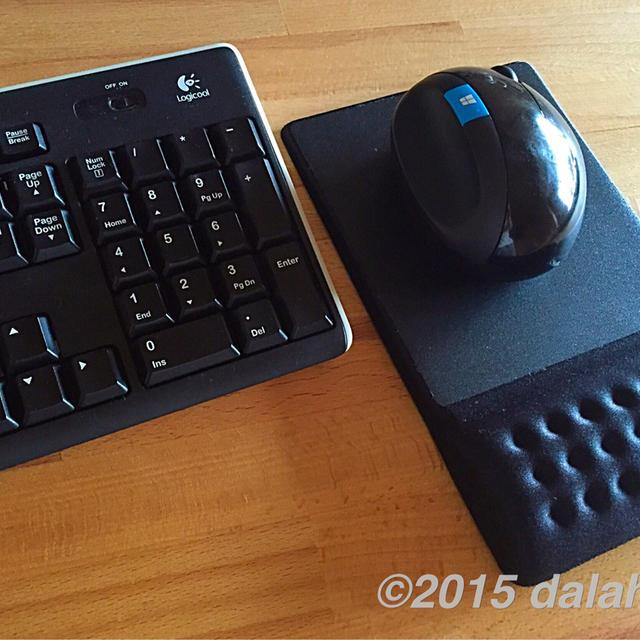 手首の疲れを感じないリストレスト一体型のマウスパッド comfy (MP-096BK) 愛用中