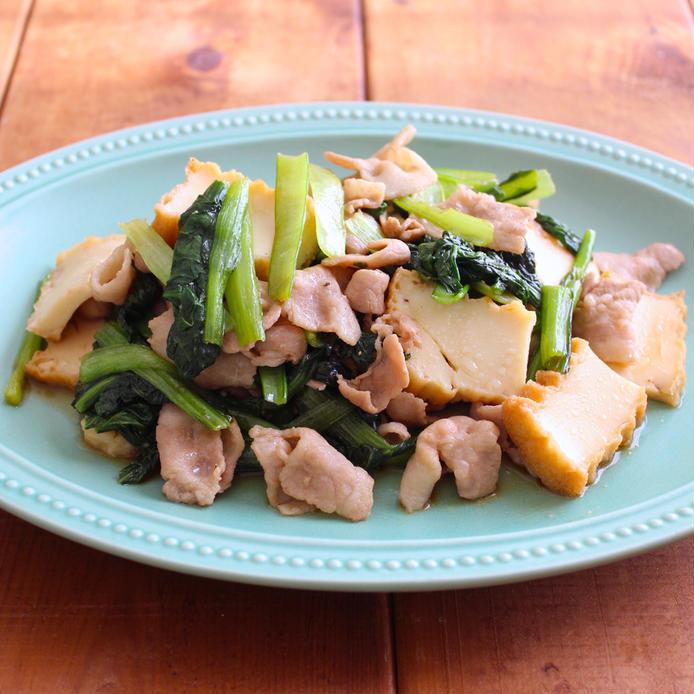 水色で楕円形のお皿に盛られた豚肉と小松菜のオイスター炒め