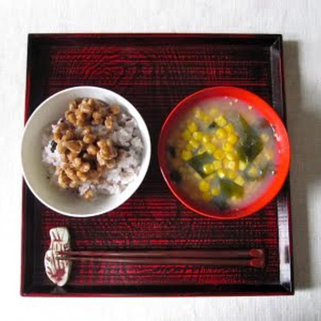スイートコーンのお味噌汁と納豆ごはんの朝食