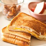 玉子焼き器で。『ぎゅっと押してたまごとチーズのホットサンド』