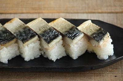 お花見にも♪ラップで超簡単・焼きサバの棒寿司