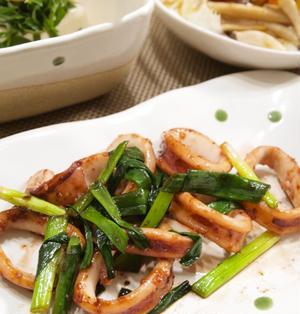 【和食】イカと青ねぎのバター醤油焼き&新玉ねぎとツナのサラダで晩ごはん。