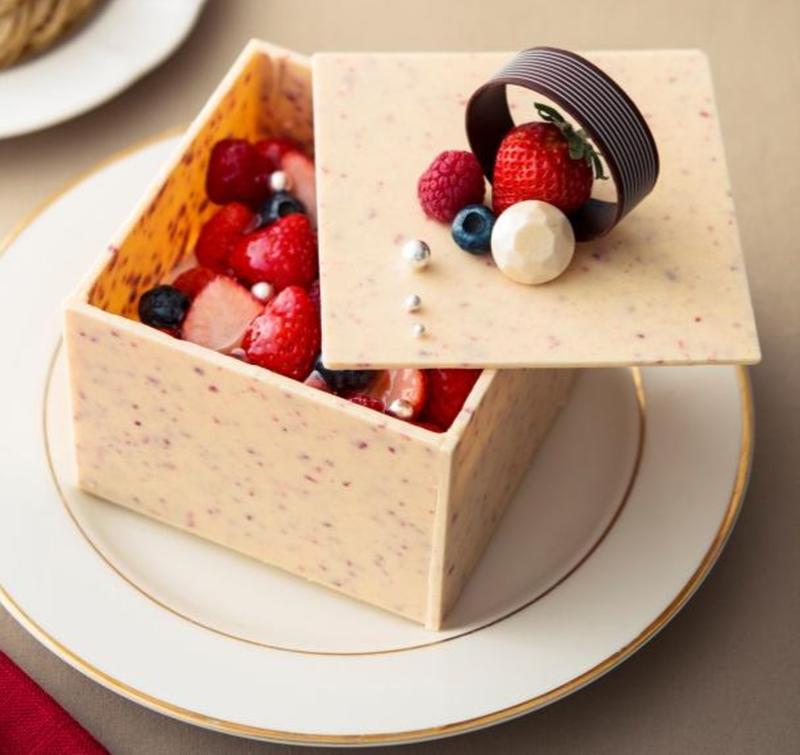 他と一線を画すスペシャルなクリスマスケーキを発見!宝石箱をイメージした苺のフリーズドライ入りホワイト...