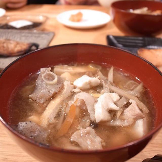 台所にいつでも豚汁がある幸せ生活。鍋たっぷり、あとから生姜すりおろし豚汁|パパ料理×共食×魚食