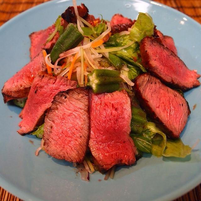 夜10時の肉とおくらのサラダ
