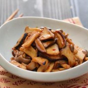 ピリ辛きのこ。(大人の常備菜)炒め物、蒸し物の晩ごはん。