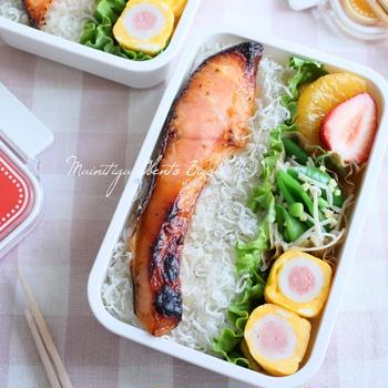 お弁当の隙間を埋める可愛いおかず♪鮭の乗っけ焼き弁当
