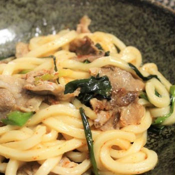 【レシピ】バター醤油が香ばしい! 豚こま肉とねぎの焼きうどん