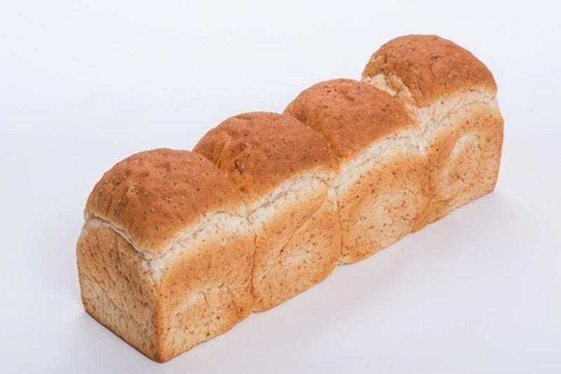 石窯で焼き上げるので、表面はパリッと中はふんわりとした本場ヨーロッパ風ののパンに。軽くトーストすると...