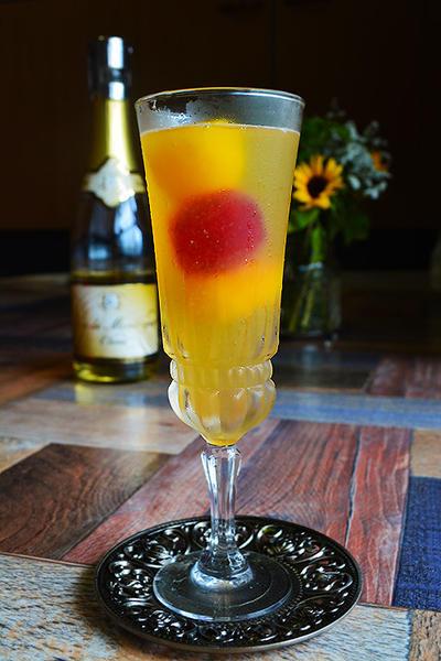 果実氷と黄金に輝く泡ワインカクテル (ノンアルコールワインカクテル03)