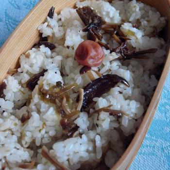 茸の佃煮おこわと肉入り高野豆腐弁当