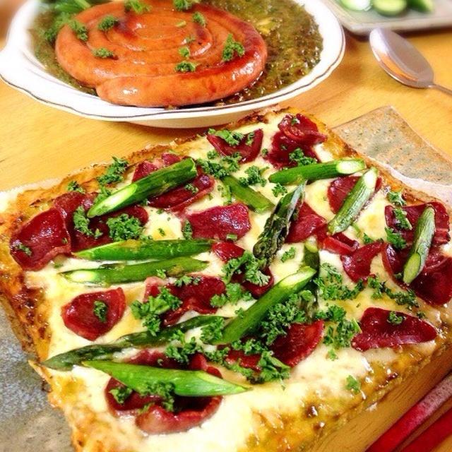 ロマネスコ生地のピザ。なまり節のほうれん草カレー。