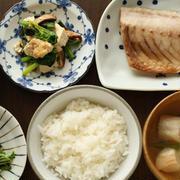 朝ごはん(和食の献立):アジの塩焼き、切干大根の煮物、豆腐とほうれん草の炒め煮、水菜のナムル