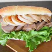 味玉チャーシューのチャバタサンド(パンはお好みで)。作り置きできる味玉とチャーシューが意外とパンに合う!簡単サンドイッチ。