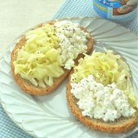 相性抜群!ドイツパンとキャベツとカッテージチーズの朝ごはん。