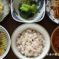 きんぴら牛蒡、青梗菜のごま和え、白菜のサラダ、納豆、すまし汁で朝ごはん