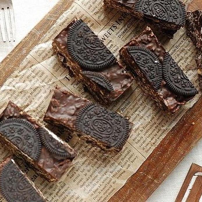 オレオがそのままぜいたくに上に飾られたチョコレートバー