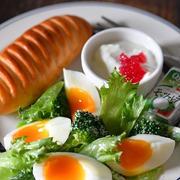 朝食のあと一品に♪半熟ゆで卵と野菜のわさびマヨサラダ