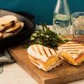 グリルドフルーツと生ハムチーズのパニーニ