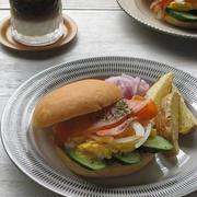 スモークサーモンとスクランブルエッグのサンドイッチ