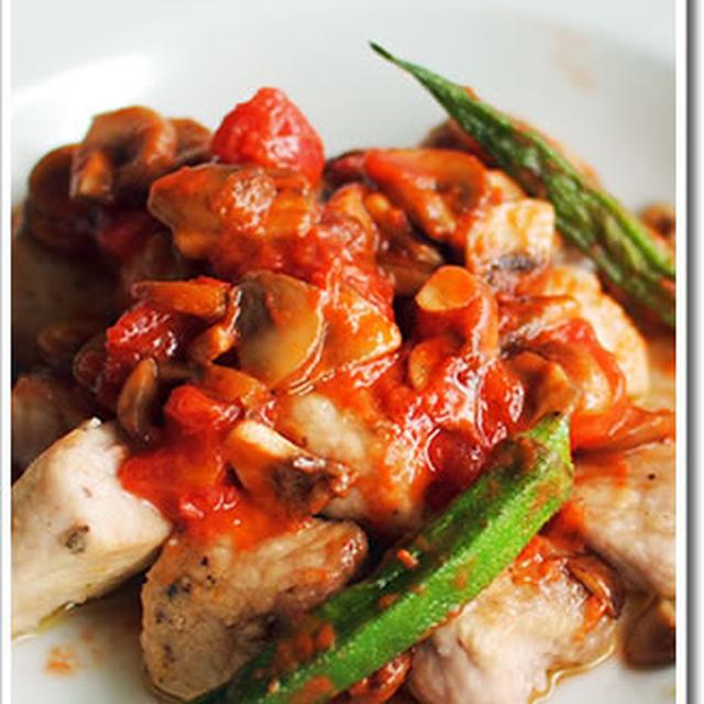 豚もも肉のソテー、トマトとブラウンマッシュルームのソースにオクラを添えて