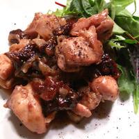 カシス風味の鶏もも肉とプルーン煮込み、きのこ炒めニンニクの芽添え、卵とトマトのオーブン焼きサラダ