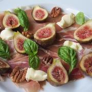 無花果と生ハム、チーズの前菜