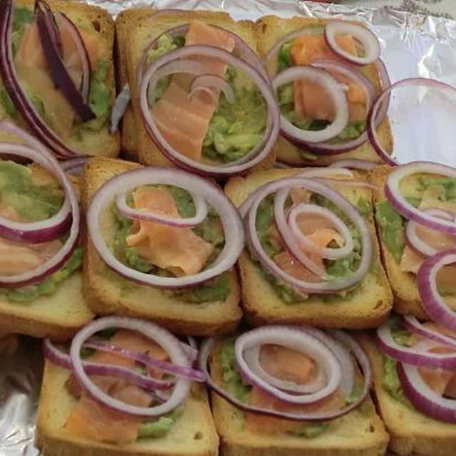 簡単、時短の前菜メニュー 乾パン、スモークサーモンとアボガドプレート