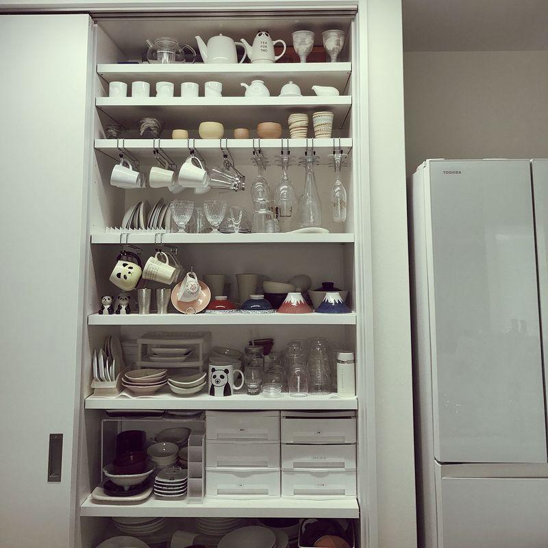 同じく白をベースにしたこちらの食器棚は、収納アイデアが満載!デッドスペースになりがちな棚の上部もコッ...