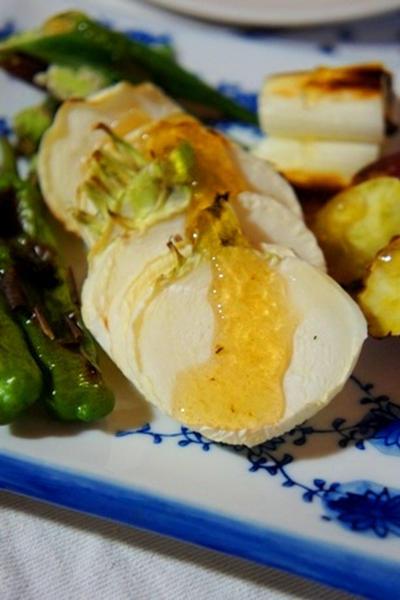 黄身がとろり、ポーチドエッグの寒天寄せ、小鯛手毬寿司、炙り夏野菜のジュレがけで赤ワイン