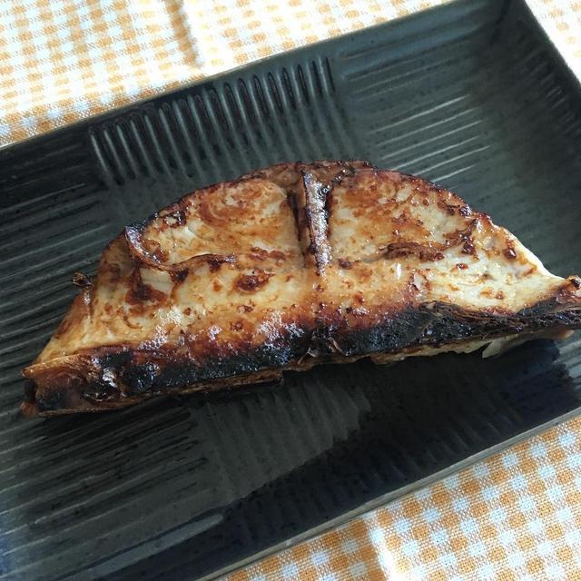 【まぐろ・マグロ・鮪】骨付きの切り身は漬けると美味しい「昆布幽庵焼き」