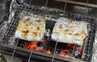 炭火で作る 太刀魚の塩焼