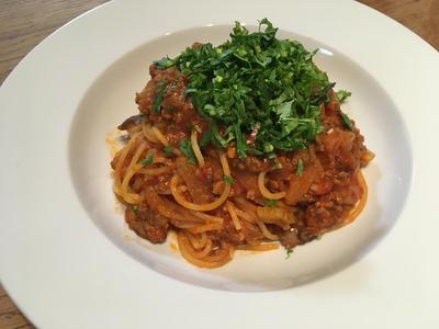 挽肉とセロリとブラウンマッシュルームの軽いトマトラグーソース スパゲティ